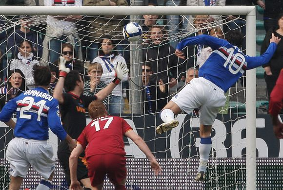 """Vienas iš dviejų """"Sampdoria"""" taiklių smūgių į """"Roma"""" vartus."""