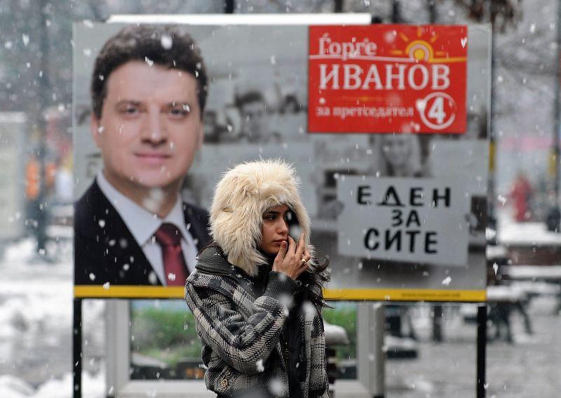 Dėl gausaus sniego, kuris nuo penktadienio trikdo eismą visoje šalyje, kai kurios rinkimų apylinkės darbą pradėjo pavėluotai, nes vietos pareigūnai negalėjo pristatyti balsalapių.