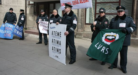 Penktadienį 12 val. į įspėjamuosius piketus prie Seimo, Vyriausybės ir Finansų ministerijos rinkosi pareigūnai.