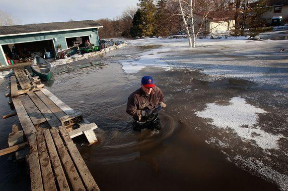Dėl potvynio ponas Tony Richardsas priverstas keliauti iš namų.