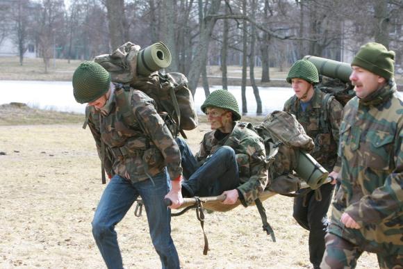 Sužeistųjų gabenimas mokiniams tapo sunkiausia operacija.