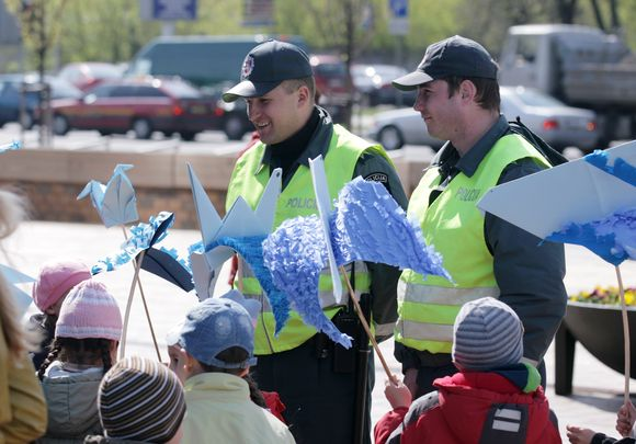 Policija, siekdama pažaboti Grigiškėse siautėjantį jaunimą, siūlo steigti Policijos jaunimo klubą, koks jau 8 metus veikia Vilniuje.