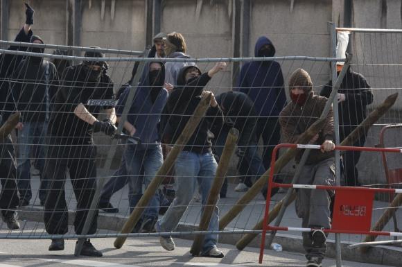 Protestuotojai grūmėsi su policija.