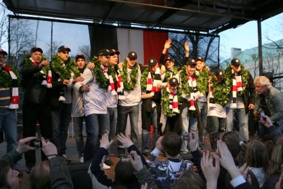 """""""Lietuvos ryto"""" komandos nariai po vieną buvo kviečiami ant scenos, kur jiems ant kaklo buvo uždėti vainikai."""