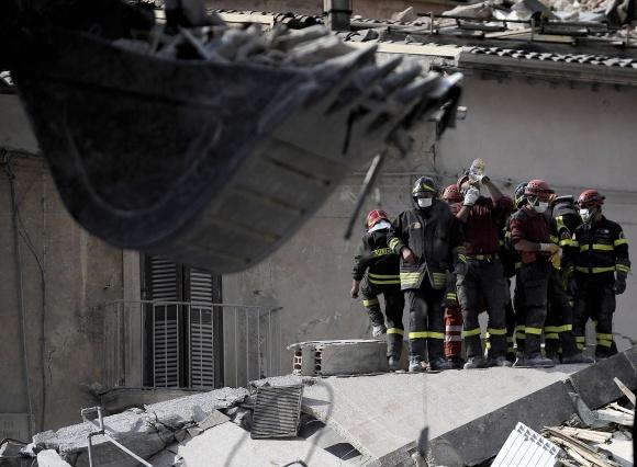 Gelbėtojų iš po griuvėsių ištraukti žmonės sakė, kad jaučiasi tarsi antrą kartą gimę.