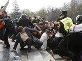 Reuters/Scanpix nuotr./Pareigūnams sunkiai sekėsi tramdyti riauaininkus.