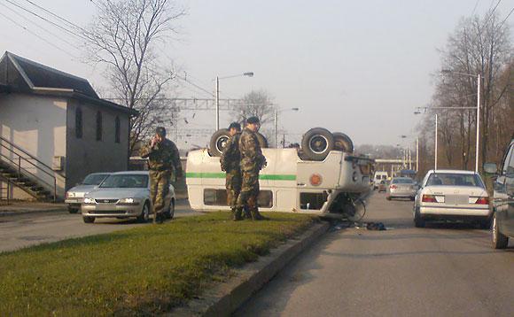 Apvirtęs pareigūnų mikroautobusas