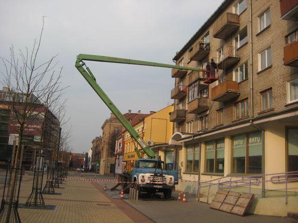Tik po savaitės uostamiestyje imta tvarkyti Klaipėdos centre nugarmėjusį daugiabučio balkoną.