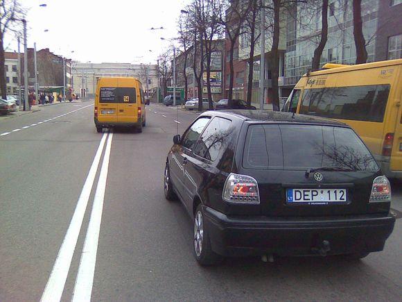 "Mikroautobusas taranavo ""VW Golf""."