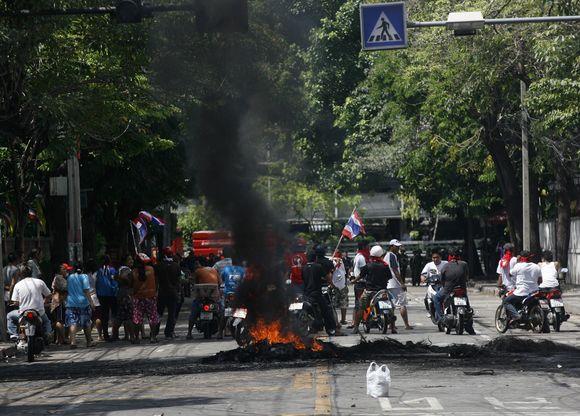 Tailando kariškiai į minią paleido ugnį.