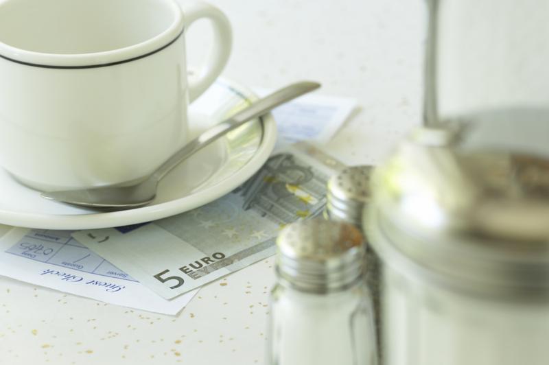 Eurai ir kavos puodelis