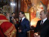 """""""Reuters""""/""""Scanpix"""" nuotr./Rusijos ortodoksų patriarchas Kirilas ir D.Medvedevas apsikeičia dovanomis."""
