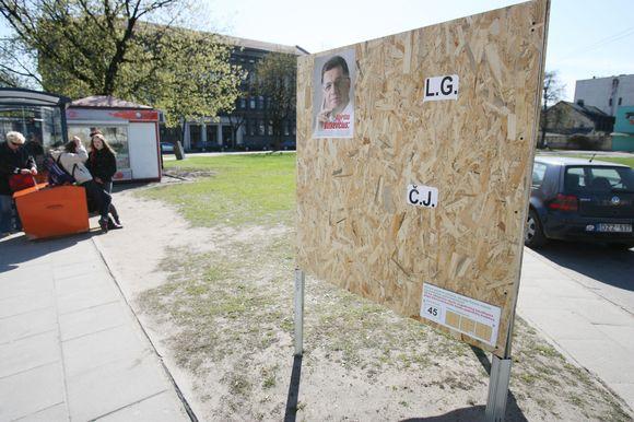 Nors iki prezidento rinkimų liko mažiau nei mėnuo, ant reklaminių stendų politikų plakatų dar negausu.