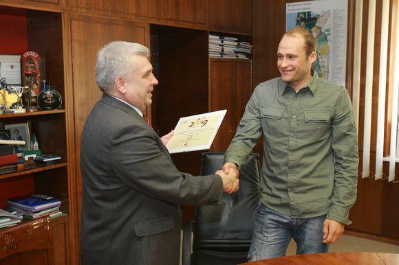Uostamiesčio merui T.Vaitkus (d.) įteikė asmeninį kvietimą dalyvauti maratone. R.Taraškevičiui skirtas numeris 0001.