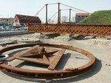 Egidijaus Jankausko/15min.lt nuotr./ Pasukamasis tiltelis šiuo metu guli piliavietėje. Jis bus pradėtas rekonstruoti maždaug po poros mėnesių, parengus projektą.