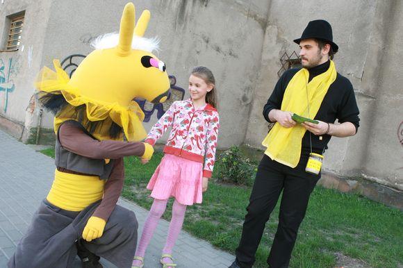 Festivalio simbolis – Karakumo asilėlis – vaikšinėja po uostamiestį ir kviečia atvykti į spektaklius.