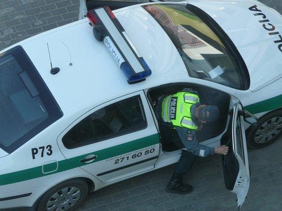 15min skaitytojas Andriaus nuotr./Rūkantys vieaoje vietoje Vilniaus 7-ojo komisariato patrulių rinktinės pareigūnai.