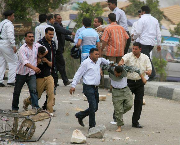 Kaire kiaulių augintojai dėl gyvulių skerdimo susirėmė su policija.