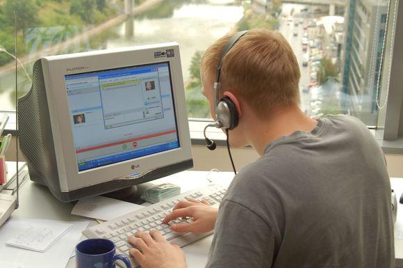 """Interneto pokalbių programa """"Skype"""" moksleivius konsultuojantys VDU darbuotojai laukia įvairių jų klausimų."""