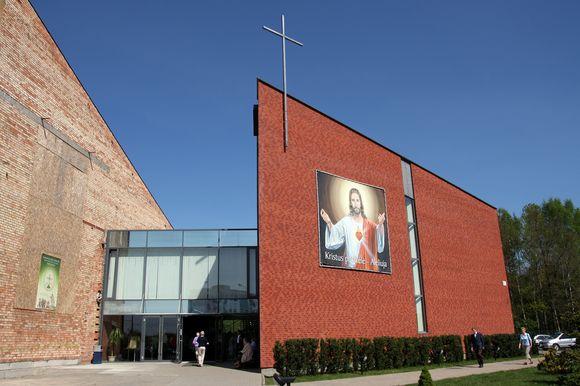 Klebonas J.Stankevičius džiaugėsi duris tikintiesiems atvėrusia šventove.