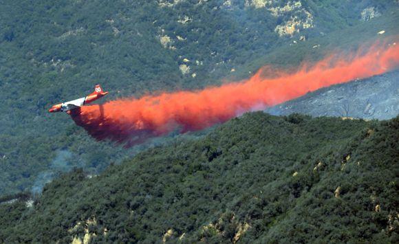 Lėktuvas gesina gaisrą.