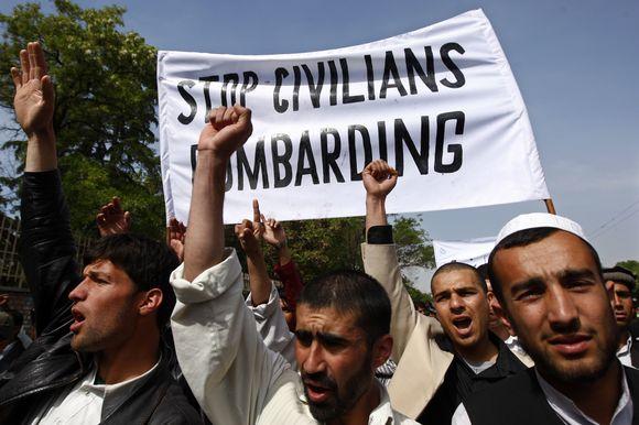 Maždaug tūkstantis studentų sekmadienį sostinėje Kabule protestavo prieš tai, kad per JAV antskrydžius, kaip manoma, žuvo dešimtys civilių gyventojų.