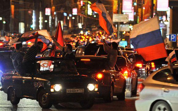 Netoli Kremliaus aikštės Maskvoje pergalę švenčia rusai