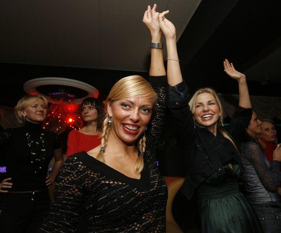 V.Česnulevičiūtė (kairėje) neneigia, kad jos gyvenime pasitaiko ir triukšmingų vakarėlių.