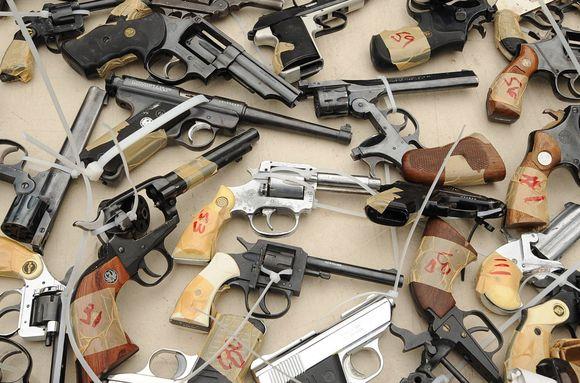 Per  5 valandas savanoriškai atiduoti ginklai