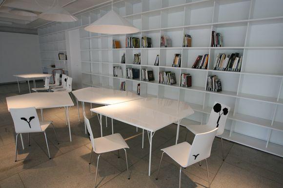 """Atsinaujinusi """"ŠMC skaitykla"""" pasitiks lankytojus ne tik pasipildžiusia leidinių kolekcija, bet ir jaukesniu interjeru."""