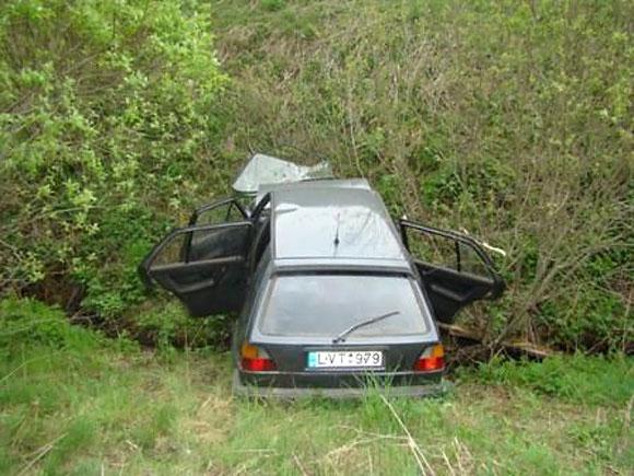 Į melioracijos griovį įvažiavęs automobilis