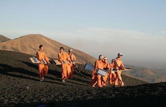 Sportininkas ruošiasi leistis nuo ugnikalnio Nikaragvoje