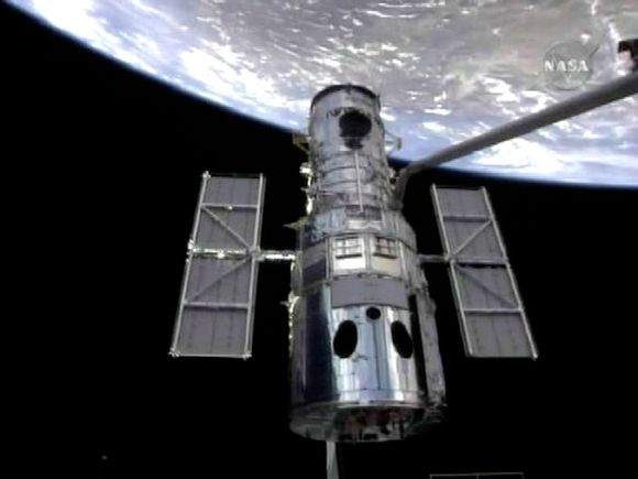 """Artimiausiu metu ketinama atnaujinti 19 metų tarnavusį orbitinį teleskopą """"Hubble"""", tačiau remonto darbus apsunkina galimi susidūrimai su kosminėmis šiukšlėmis."""
