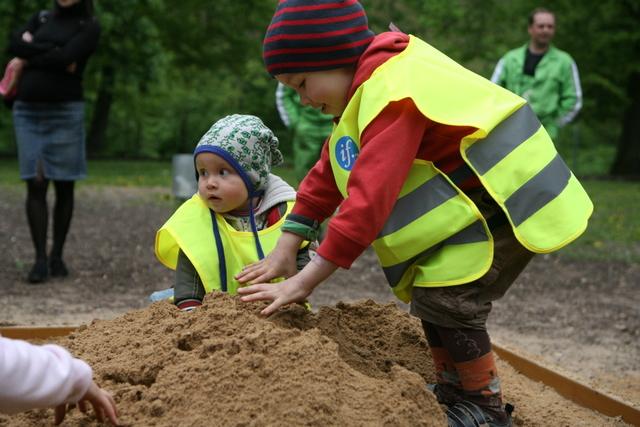 Vaikai žaidžia su atnaujintu smėliu