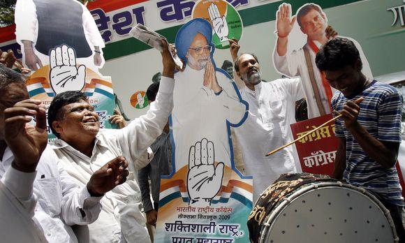 Valdančiųjų šalininkai mušė būgnus ir šoko gatvėse, laikydami Kongreso partijos pirmininkės Sonios Gandhi ir premjero Manmohano Singho portretus.