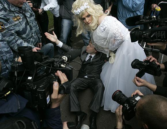 Milicija sulaiko Rusijos gėjų teisių aktyvistą Nikolajų Aleksejevą.