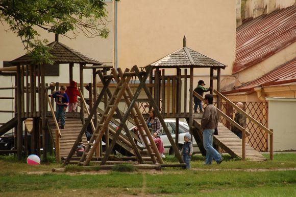 Mieste priskaičiuojama daugiau nei tūkstantis žaidimų aikštelių, tačiau jų remontui šiemet pinigų nenumatyta, nors kai kurių įrenginių būklė apverktina.