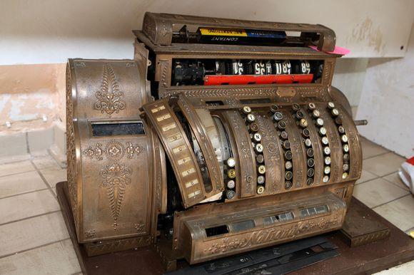 E.Juškevičiaus teigimu, šis antikvarinis kasos aparatas buvo naudojamas Olandijoje. Pašnekovo teigimu, jo būklė prasta. Jei nepavyks restauruoti – bus detalės kitiems kasos aparatams.
