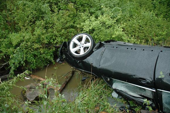 Automobilis pakibo virš upelio