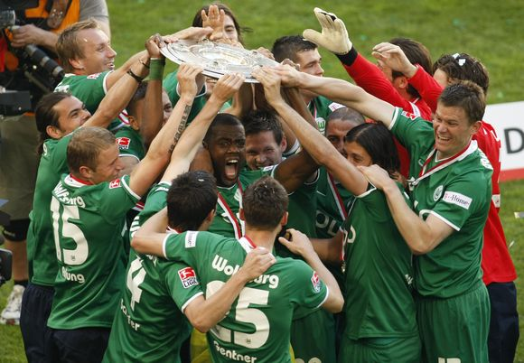"""Pirmą kartą klubo istorijoje Vokietijos futbolo čempionatą laimėjo """"VfL Wolfsburg"""" vienuolikė."""