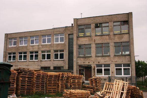 Buvusio pramoninės paskirties pastato trečiajame aukšte jau dvejus metus yra įsikūrusi grupė jaunų, kūrybingų klaipėdiečių.