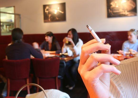 Rūkoriams įvairūs draudimai galioja daugelyje šalių.