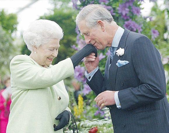 Abipusės šypsenos ir elegantiškas rankos pabučiavimas įteikus sūnui medalį.