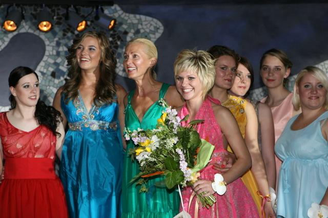 Dizainerė Irena Brusokienė su merginomis, papuoštomis išleistuvių suknelėmis