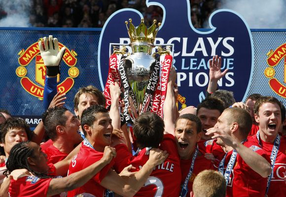 "Trečią sezone iš eilės ""Premier"" lygos čempionų taurę laimėjusį ""Manchester United"" klubą slegia maždaug 2,6 mlrd. Lt skola."
