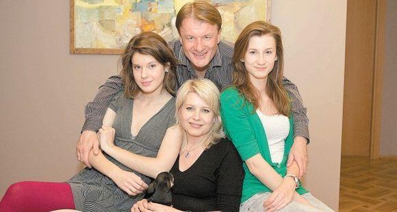 Didelė G.Mikalausko šeimyna: dukros Augusta (kairėje) ir Dovilė bei žmona Jūratė (centre)