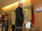 Irmanto Gelūno/15min.lt nuotr./Seimo pirmininkas Arūnas Valinskas atiduoda balsą EP rinkimuose.