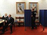 "AFP/""Scanpix"" nuotr./Slovakijoje balsuoja policininkas."