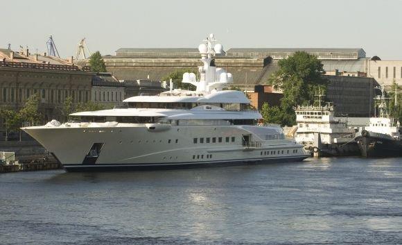 Reuters/Scanpix nuotr./R.Abramovičiaus 115 metrų ilgio jachta Nevos upėje 2008 m.
