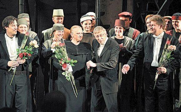 """Spektaklis """"Karalienė Bona"""" nuskambėjo naujai, mat kompozitorius G.Kuprevičius jį gerokai atnaujino."""